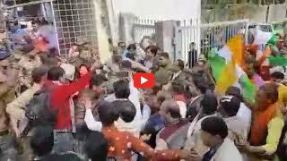 Video / राजगढ़ कलेक्टर द्वारा की गयी हाथापाई के विरोध में सड़कों पर उतरे लोग