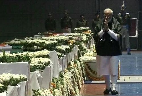 शहीद जवानों को प्रधानमंत्री, रक्षामंत्री, राहुल गांधी समेत तमाम नेताओं ने दी श्रद्धांजलि
