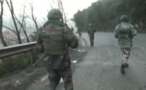 अनंतनाग : सुरक्षा बलों पर आतंकियों के हमले में एक मेजर शहीद, 12 जवान घायल