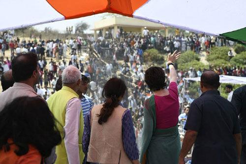UP दौरा : प्रियंका के कार्यक्रम में लगे मोदी के नारे, कांग्रेसी भिड़े