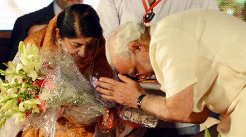 प्रधानमंत्री मोदी की कविता को स्वर कोकिला ने दी अपनी आवाज
