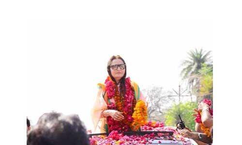 मंदिर-गुरूद्वारा में मत्था टेकने के बाद जया प्रदा ने नामांकन भरा