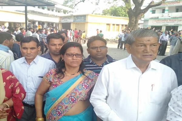 #LoksabhaElection: वोटिंग के लिए लंबी लाइनें, हरीश रावत ने भी डाला वोट