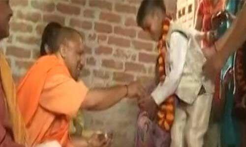 योगी ने अयोध्या में दलित के घर किया भोजन, परिजन हुए गदगद