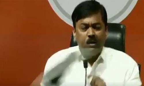 भाजपा प्रवक्ता व राज्यसभा सांसद पर प्रेस कान्फ्रेंस के दौरान फेंका गया जूता