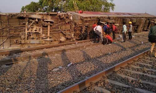 कानपुर : पटरी से उतरी पूर्वा एक्सप्रेस, 100 घायल, साजिश की आशंका