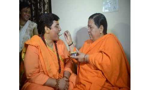 उमा भारती से मिलने पहुंचीं प्रज्ञा ठाकुर, गले लग रोईंं, देखें वीडियो