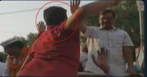 चुनाव प्रचार के दौरान एक युवक ने केजरीवाल को मारा थप्पड़