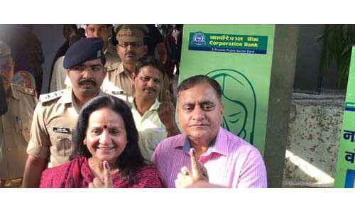 लखनऊ : पुलिस महानिदेशक ओपी सिंह ने किया मतदान, बोले हर मतदाता डाले अपना वोट