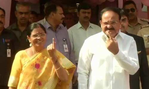 Live : लोकसभा चुनाव के छठे चरण के लिए मतदान जारी, उपराष्ट्रपति वेंकैया नायडू और उनकी पत्नी उषा ने डाला वोट