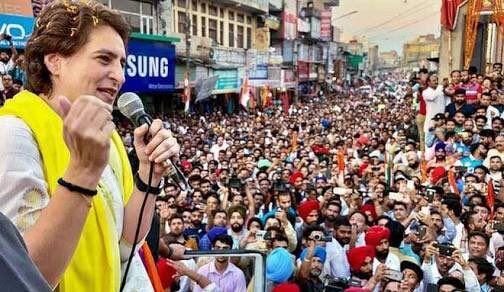 मोदी के गढ़ में प्रियंका ने किया रोड शो