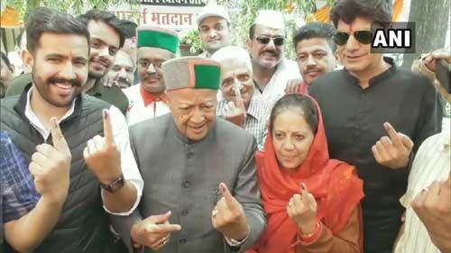 आठ राज्यों की 59 लोकसभा सीटों पर मतदान जारी,  पूर्व मुख्यमंत्री वीरभद्र सिंह ने फैमिली के साथ डाला अपना वोट