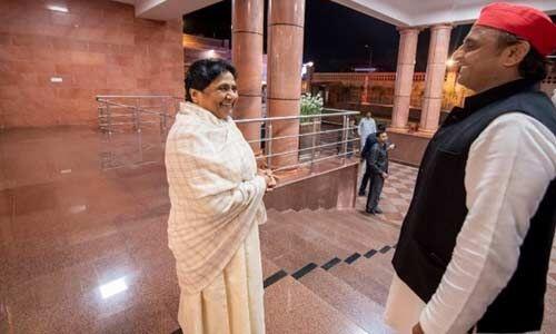 उत्तर प्रदेश की राजनीति में सियासी उठापटक हुई तेज, मायावती से मिलने पहुंचे अखिलेश