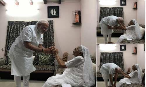 प्रधानमंत्री मोदी ने माँ के  पैर छूकर लिया आर्शीवाद