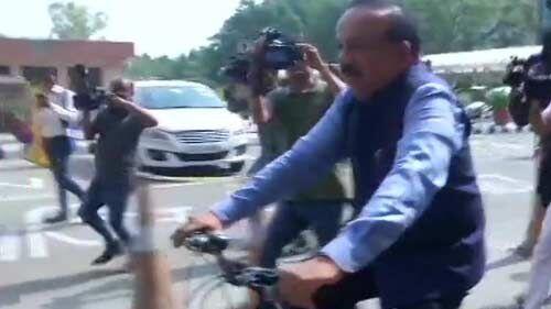 डॉ हरषवर्धन कार्यभार ग्रहण करने साइकिल से पहुंचे मंत्रालय