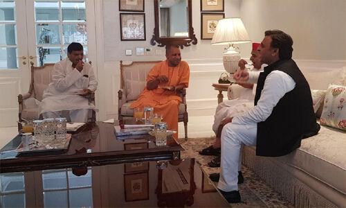 योगी आदित्यनाथ ने सपा नेता मुलायम सिंह यादव से उनके आवास पर की मुलाकात
