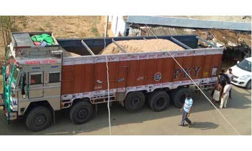 उत्तर प्रदेश में ओवरलोड ट्रकों पर कार्रवाई, 30 जब्त, शेष का चालान कटा