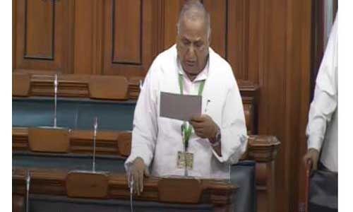 संसद सत्र के दूसरे दिन, सांसदों को दिलवाई जा रही है शपथ