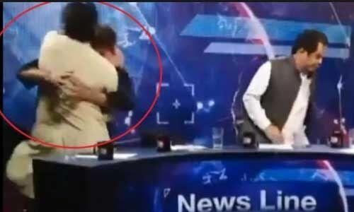 पीटीआई के नेता ने Live शो में की पत्रकार की पिटाई, यहां देखें