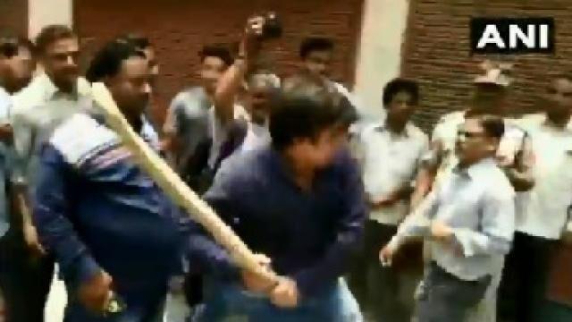 बल्ले से नगर निगम ऑफिसर को पीटने पर आकाश विजयवर्गीय गिरफ्तार, देखें वीडियो