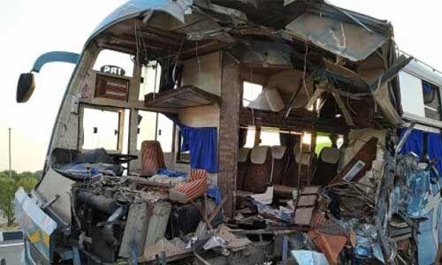 आगरा में लखनऊ एक्सप्रेस वे पर खड़े ट्रक में घुसी बस, 5 की मौत