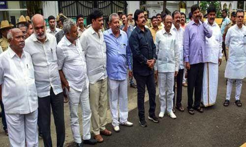 कुमारस्वामी सरकार पर संकट के बादल छाए, 11 विधायक पहुंचे मुंबई