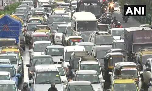 मुंबई में बारिश से जनजीवन प्रभावित सड़कों पर भरा पानी