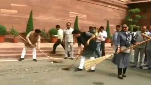 स्वच्छता अभियान : संसद परिसर में हेमा मालिनी समेत कई भाजपा सांसदों ने लगाया झाड़ू