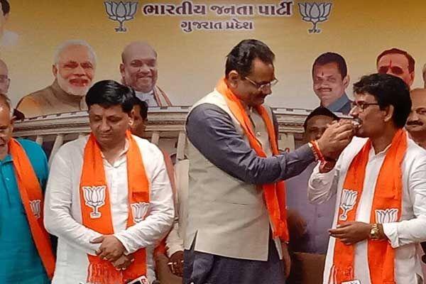गुजरात में कांग्रेस को लगा बड़ा झटका, अल्पेश और धवल ने थामा भाजपा का दामन