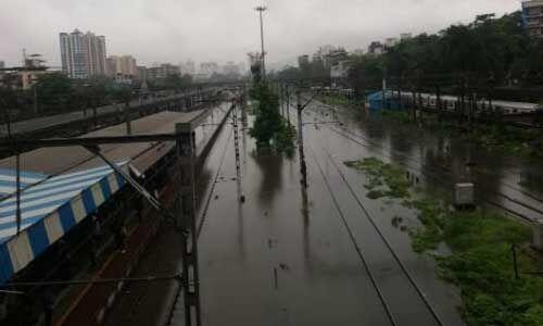 मुंबई में भारी बारिश से जनजीवन अस्त-व्यस्त, 17 विमानों का रूट डायवर्ट