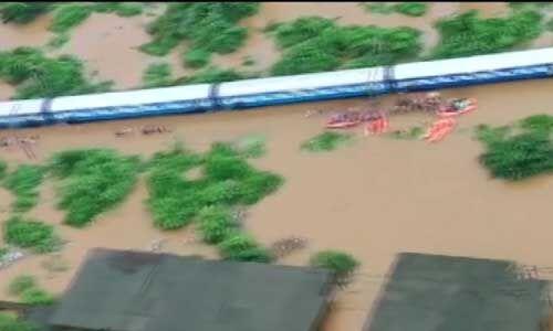 मुंबई : बाढ़ में फंसी महालक्ष्मी एक्सप्रेस ट्रेन के सभी 700 यात्री सुरक्षित निकाले गए