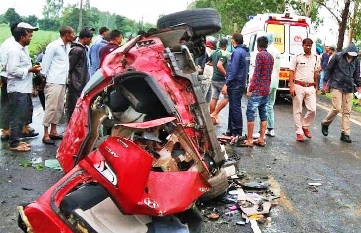 मप्र : सीहोर में भीषण सडक़ हादसा, एक ही परिवार के पांच लोगों समेत छह की मौत