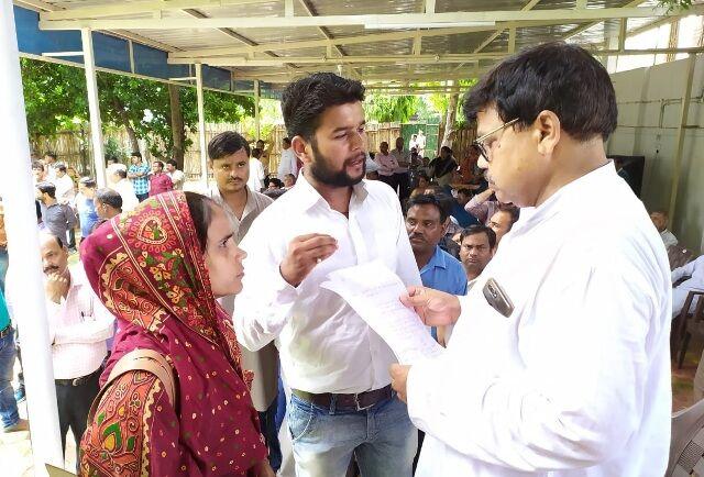 खाद्य मंत्री तोमर ने बंगले पर लगाया जनता दरबार, आम जनों की सुनीं समस्याएं