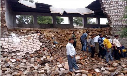 स्कूल की बिल्डिंग गिरने से पांच विद्यार्थी बुरी तरह घायल