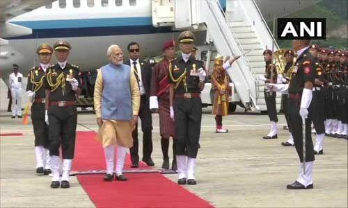 प्रधानमंत्री का भूटान के एयरपोर्ट पर भव्य स्वागत और दिया गॉर्ड ऑफ ऑनर
