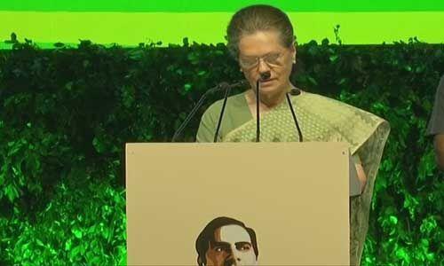 सोनिया गाँधी ने सरकार पर साधा निशाना, कहा - राजीव को भी 1984 में मिला था भारी बहुमत लेकिन डर नहीं फैलाया