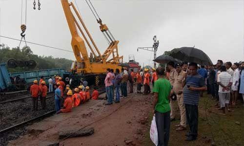 मालगाड़ी बेपटरी होने के बाद रेल ट्रैक की मरम्मत का काम शुरू, यातायात ठप