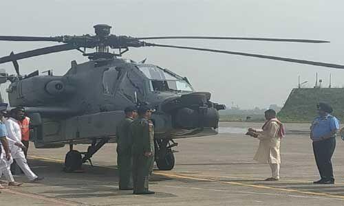 पूजा-पाठ के साथ 8 अपाचे लड़ाकू हेलीकॉप्टर भारतीय वायुसेना में शामिल, IAF की ताकत बढ़ी