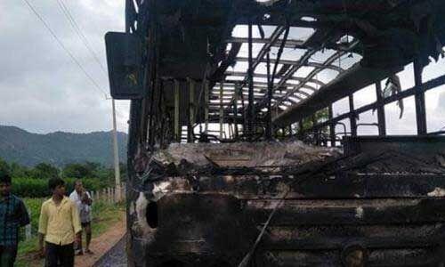 कांग्रेस कार्यकर्ताओं का कर्नाटक बंद, बस में आग लगाई, रास्ता बंद
