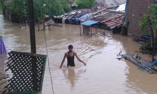 होशंगाबाद में 24 घंटे से लगातार बारिश होने से घरों में घुसा पानी, 19 जिलों में भारी बारिश की चेतावनी