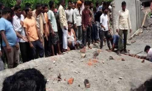 UP : बरेली के नवाबगंज में निर्माणाधीन घर की छत गिरी, 28 मजदूर दबे