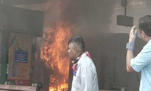 नई दिल्ली रेलवे स्टेशन पर खड़ी केरला संपर्क क्रांति एक्सप्रेस के जनरेटर कार में लगी आग