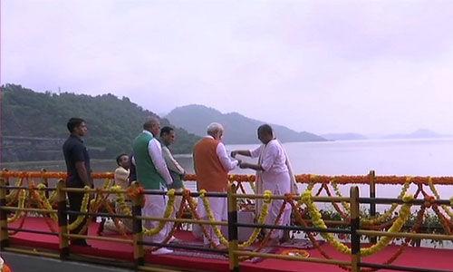 PM मोदी ने सरदार सरोवर बांध पर की नर्मदा नदी की पूजा, जंगल सफारी