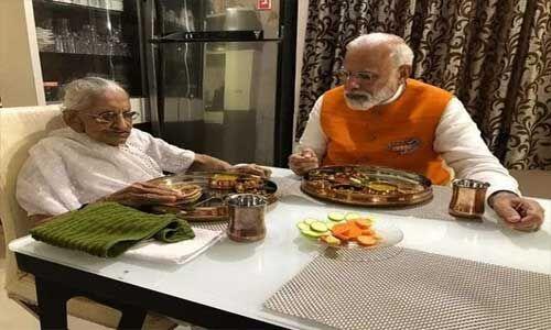 प्रधानमंत्री मोदी ने 69वें जन्मदिन पर लिया मां का आशीर्वाद, साथ किया भोजन