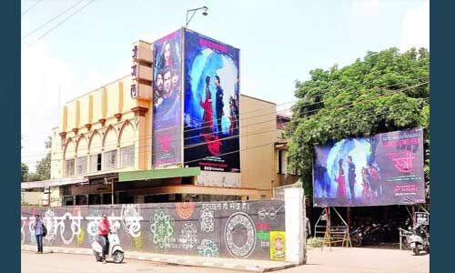 इंदौर : रीगल टॉकीज की लीज समाप्त, नगर निगम ने पोस्टर हटाकर किया कब्जा