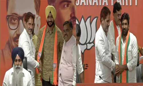 भाजपा में शामिल हुए योगेश्वर दत्त और पूर्व हॉकी कप्तान संदीप सिंह