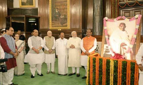संसद के केंद्रीय कक्ष में राष्ट्रपिता की 150वीं जयंती पर पर दी गई श्रद्धांजलि