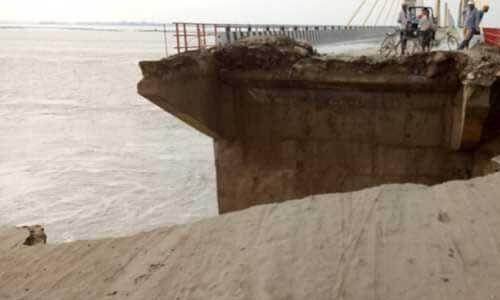 यूपी-बिहार को जोड़ने वाले पुल का एप्रोच उफनाई गंगा की लहरों से हुआ ध्वस्त