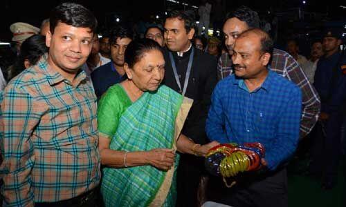 राज्यपाल ने फिरोजाबाद में कांच कारखाने का किया निरीक्षण