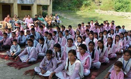 कश्मीर घाटी में आतंकी धमकियों के बावजूद परीक्षाओं की तैयारी के लिए स्कूल पहुंच रहे हैं छात्र